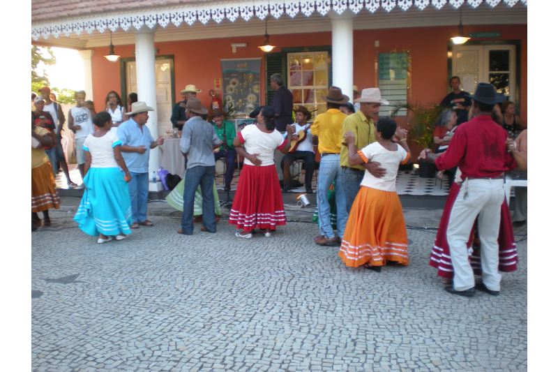 Silêncio, que se vai dançar o fado! Com um gingado afro-brasileiro