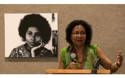 bell hooks: Numa sociedade racista, a recuperação está no acto e arte de amar