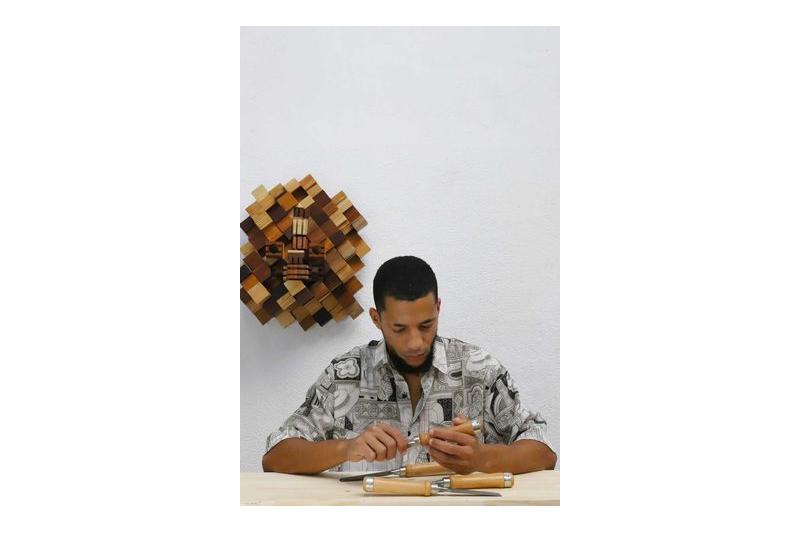 A arte de esculpir madeira de Ricardo Piedade, gravada na marca Blac Dwelle