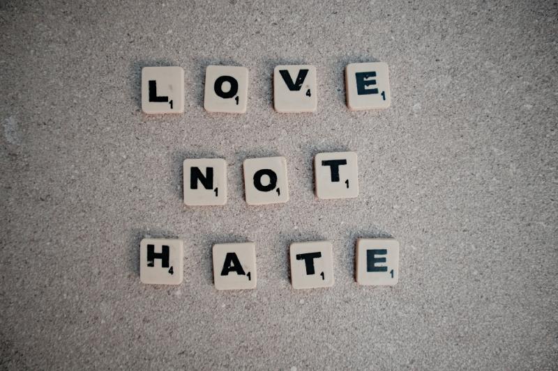 Cinco recomendações para o Governo combater o ódio e a discriminação