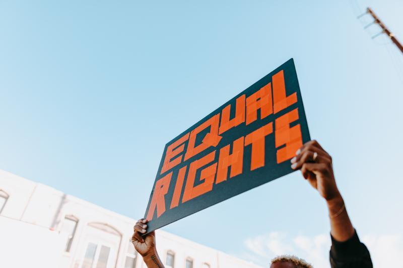 Formação gratuita em Direitos Humanos e Educação Anti-Racista